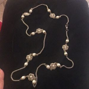 Jewelry - Silvertone and faux pearl flower station necklace